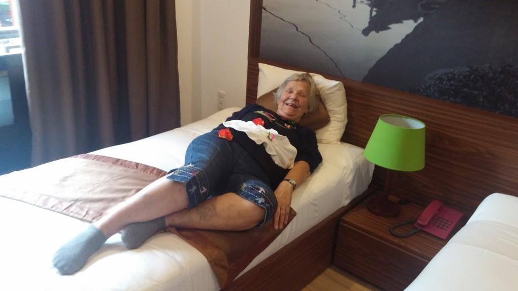 mormor som model på hotelværelset