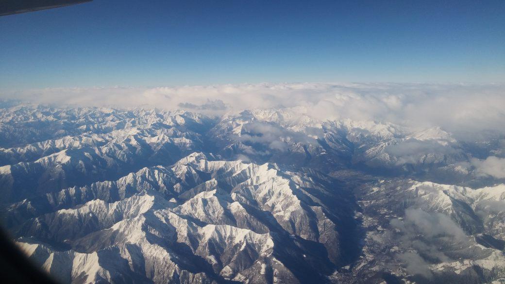 udsigten over de smukke alper fra fly til milano